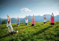 Yoga-Wanderung mit Berg-Gesund