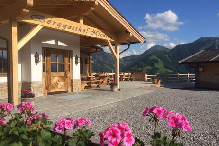 Der Berggsthof Nieding mit Blumenterrasse