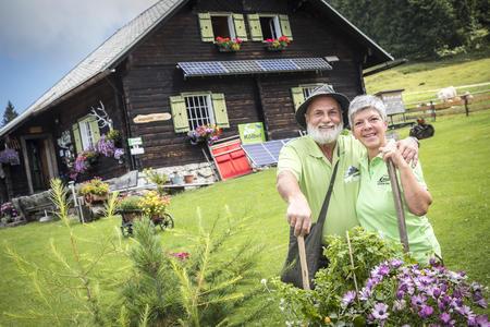 Max und Eva Schauer vor der Kitzhütte