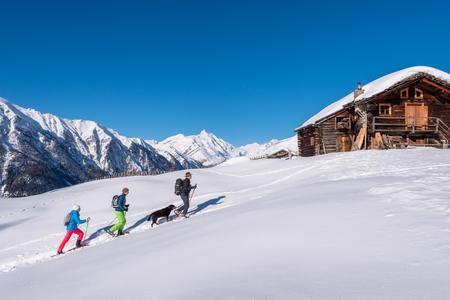 Schneeschuhwanderung vor der Kulisse des Großglockners