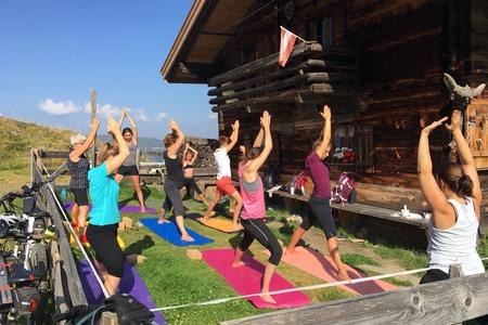 Yoga vor Almhütte