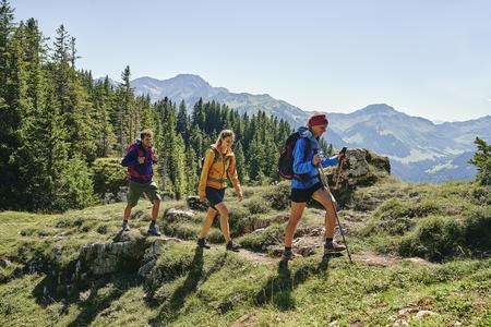 Wanderer beim Liegstein oberhalb von Au-Schoppernau