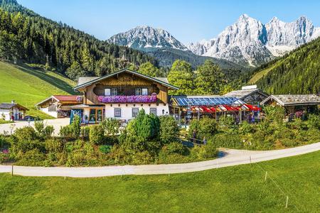 Mandlberggut im Sommer mit Dachstein-Massiv