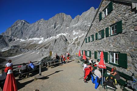 Südwandhütte mit Blick auf Dachstein